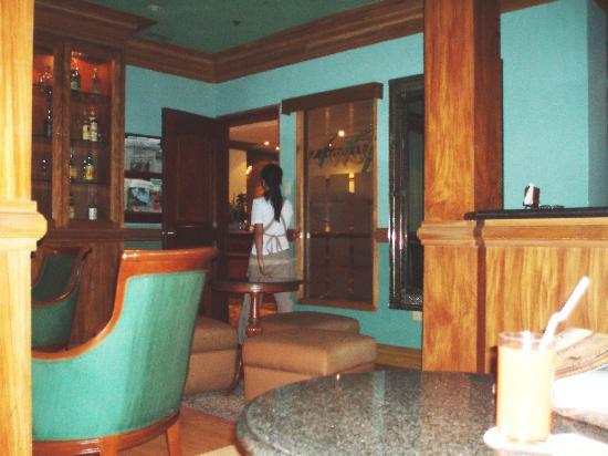 เฮรอลด์ สวีทส์ โฮเต็ล: Lounge room, Herald Suites hotel, Makati