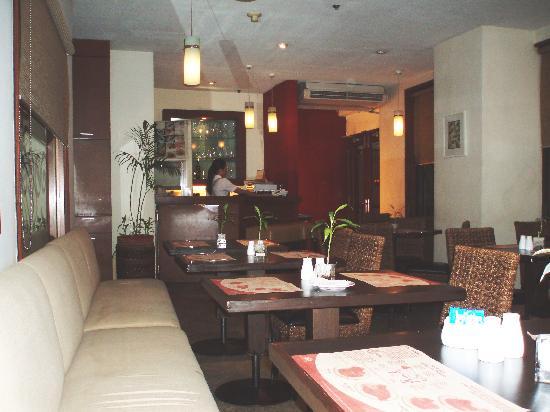 เฮรอลด์ สวีทส์ โฮเต็ล: Breakfast restaurant, Herald Suites hotel, Makati