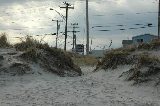 The Anchor Motel : view from beach to motel