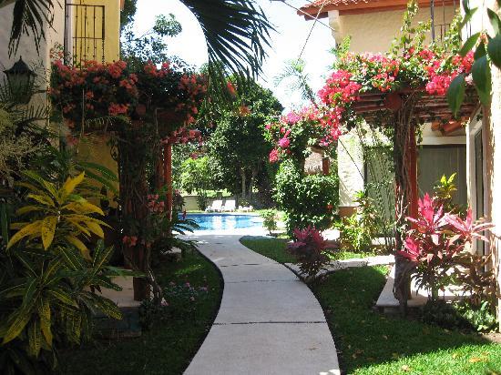 Villa Milpa: Walkway to pool area