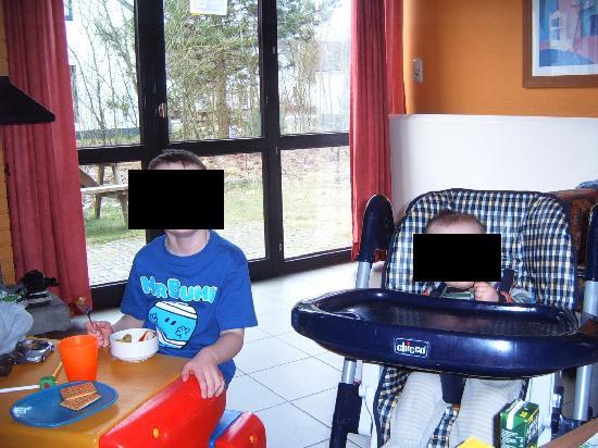 Mol, Bélgica: Inside 2 bed childrens paradise villa - great facilities for children