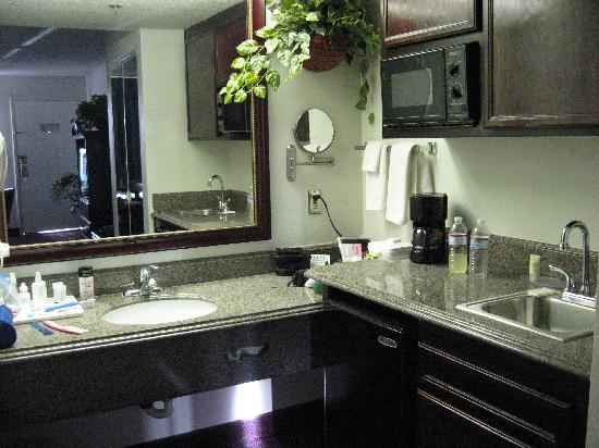 Hemet, CA: Granite counters/micro/fridge/bar sink