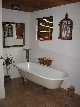 Saltings Estate Vineyard Accommodation: The Bath!