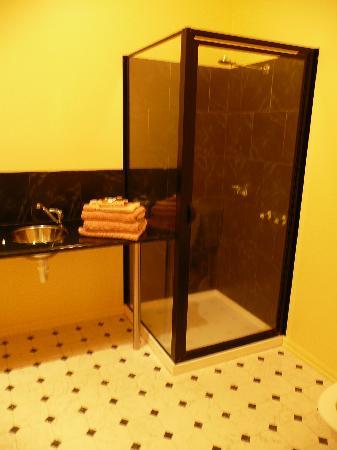 Clifftop Accommodation: Bathroom