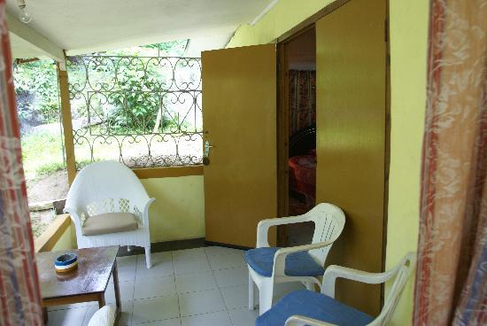 Georgina's Cottage Beach Guesthouse: la veranda esterna