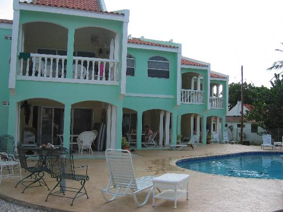 Coral Paradise Resort : Pool and porch areas
