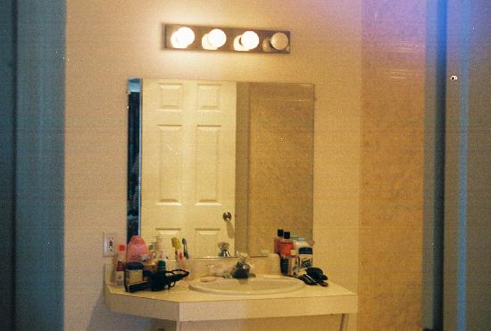 Riviera Resort & Suites: Very Spacious bathroom