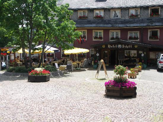Hotel Schiff Schluchsee: Hotel Schiff Eingang am Kirchplatz in Schluchsee