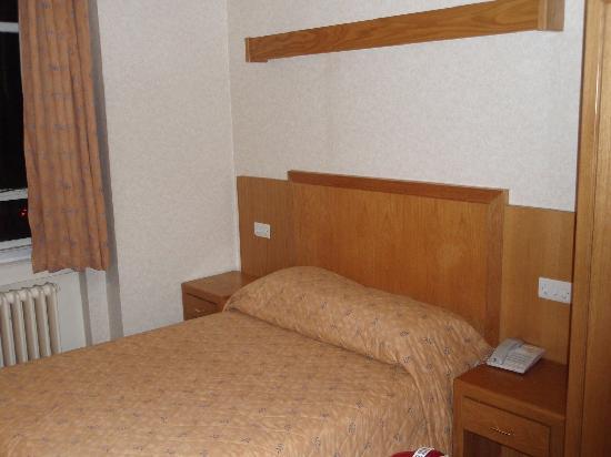 Tavistock Hotel: bed - old