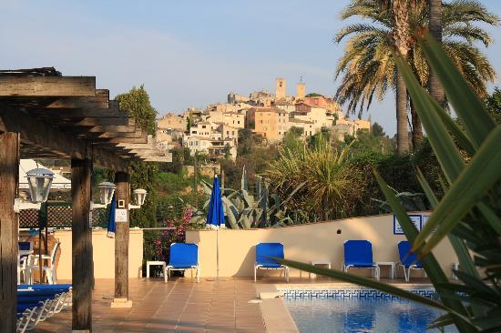 Domaine du Jas: Le village de Biot depuis la piscine de l'hotel
