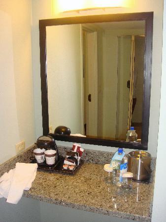 DoubleTree Denver Aurora: bathroom