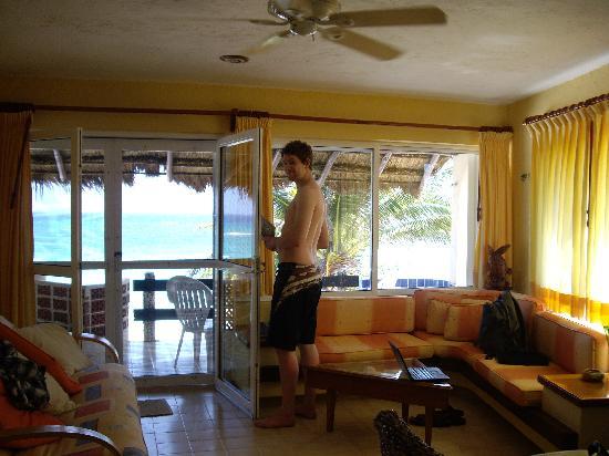 U Nah Kin Condominiums : Living room and balcony overlooking beach.