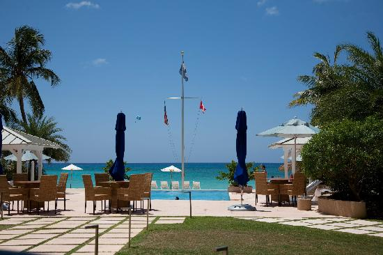 Caribbean Club: The pool and view of the beach