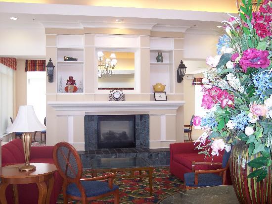 Hilton Garden Inn Newport News: Lobby Area