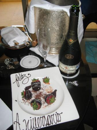Four Seasons Resort Punta Mita: Champagne from the hotel
