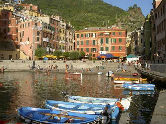 Vernazza, İtalya: Piazza and water front