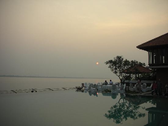 Raichak, India: Sunset from the resort