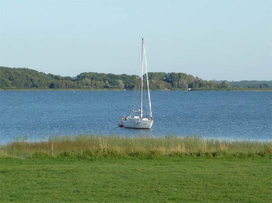 Koelpinsee, Tyskland: Segelboot auf dem Achterwasser