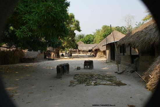 Sierra Leone: Entrée dans un village