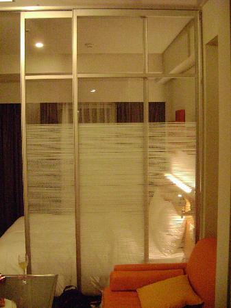 Citadines Shinjuku Tokyo: the apt room (comfy pillows!)