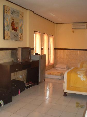 Suriwathi Beach Hotel: Fridge etc