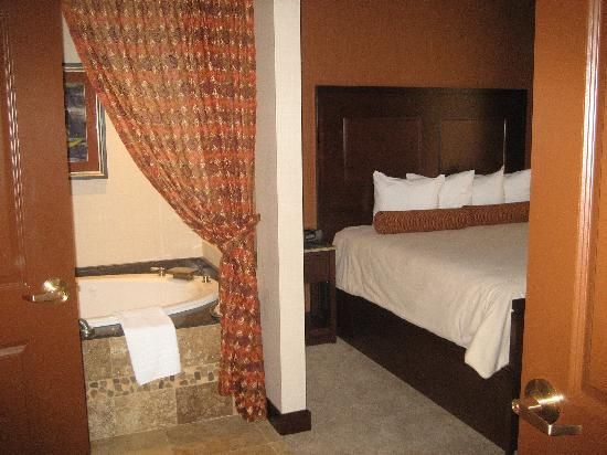 Quapaw, OK: Bed and tub area