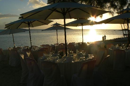 Club Med La Pointe aux Canonniers : Restaurant on the beach