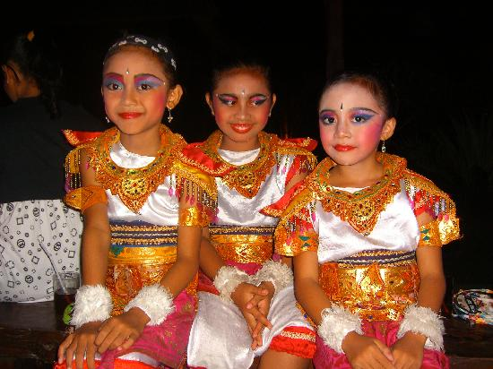 Saren Indah Hotel : Girls from the dance performance at Lake Leke - great restaurant right next door to Saren Indah