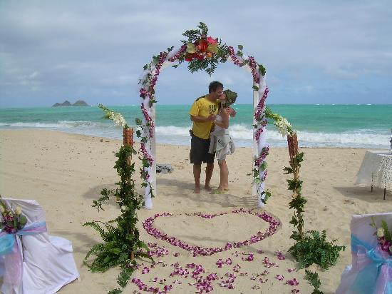 Aloha Beach Vacation Rentals: Spaziergang am Strand - per Zufall zu Hochzeitsvorbereitungen gestoßen