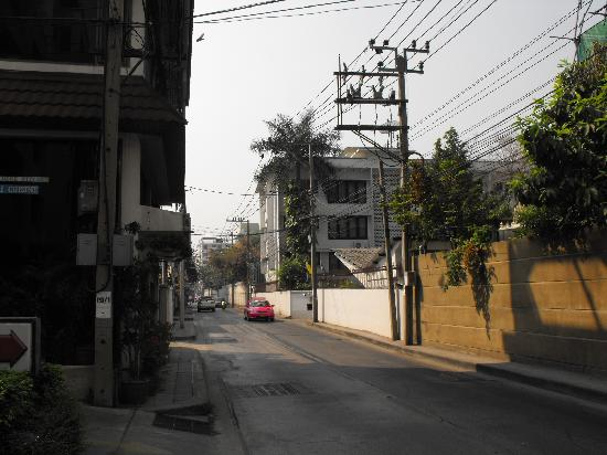 Jim's Lodge : street view from front of hotel