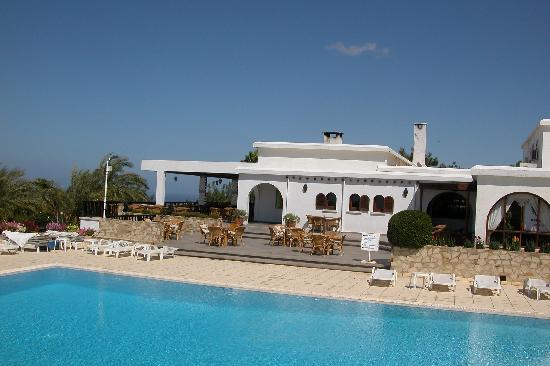 Onar Holiday Village: pool+restaurant view