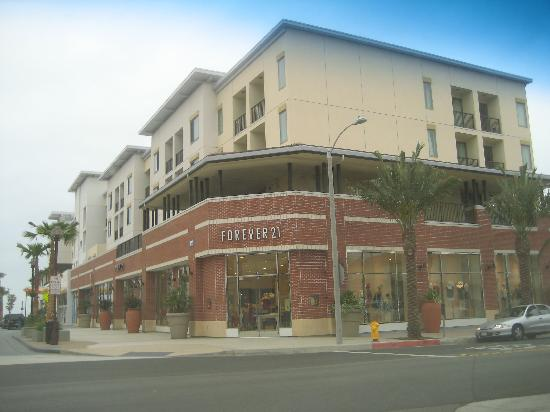 Sbreak Ping Plaza The Strand Downstairs Hotel Is Above Cypress Equities S Mixed Use Development In Huntington Forever 21