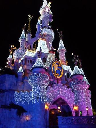 Magny-le-Hongre, Francia: Sleeping Beauty Castle At Night.