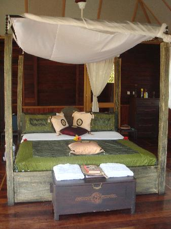Mandina River Lodge: Large 4 poster bed with net