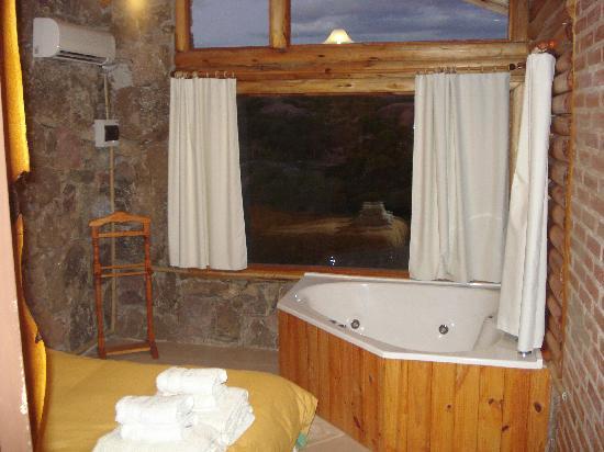 Cabanas Casas del Arroyo: Yacuzzi en la habitación con vista espectacular
