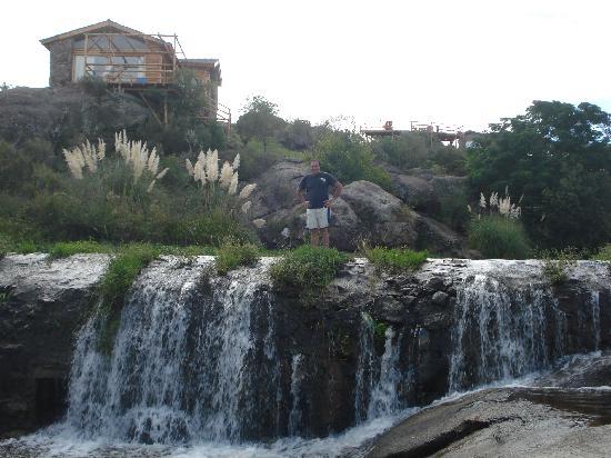 Cabanas Casas del Arroyo: Cascada Arroyo debajo de la cabaña