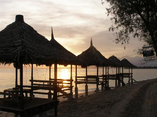 Alam Gili: pizza huts 5min east (sunrise)