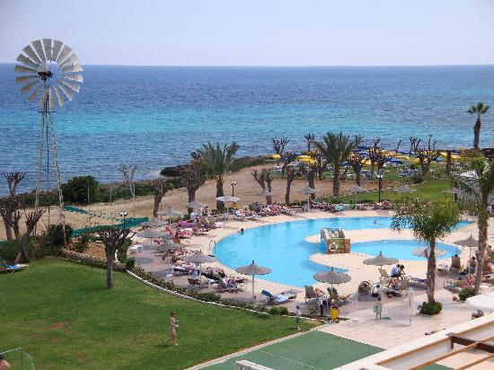 Pernera Beach Hotel: View of pool area from balcony