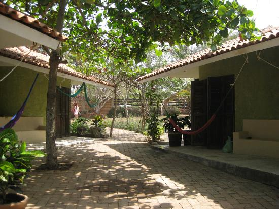 Quinta D'Liz: courtyard path between the bungalows to street