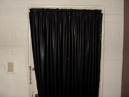 Capistrano Seaside Inn: Vinyl curtains - a classic decor item