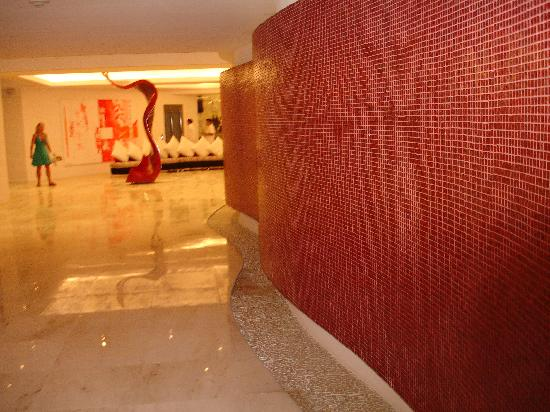 In Fashion Hotel & Spa: hotel entrance --curved wall