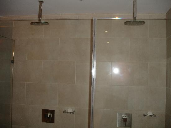 In Fashion Hotel Boutique: shower