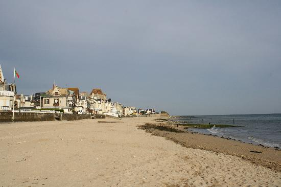 Le Clos Normand: Along the promenade in front of the hotel