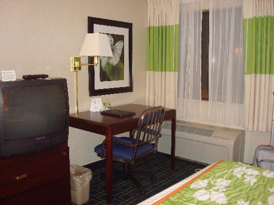 Motel 6 Milford: desk area