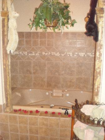 1884 Wildwood Bed and Breakfast Inn: Jacuzzi Tub in The Suite