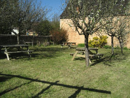 Hostellerie de Goujounac : Foto van de tuin in maart