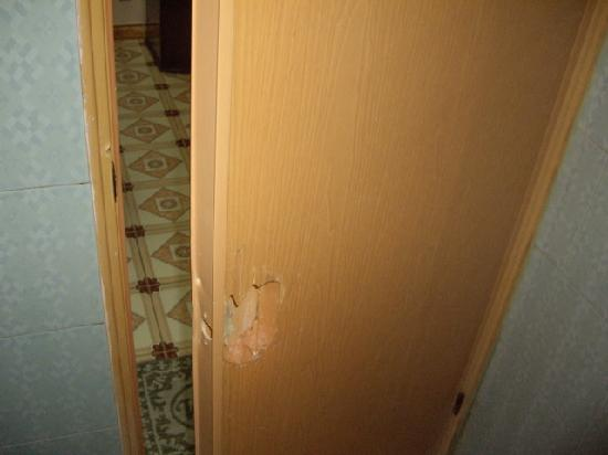 Impression Hotel: Bathroom door