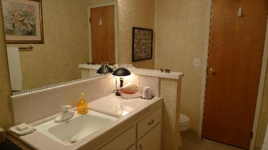 Sequoia River Dance B&B: The spacious bathroom