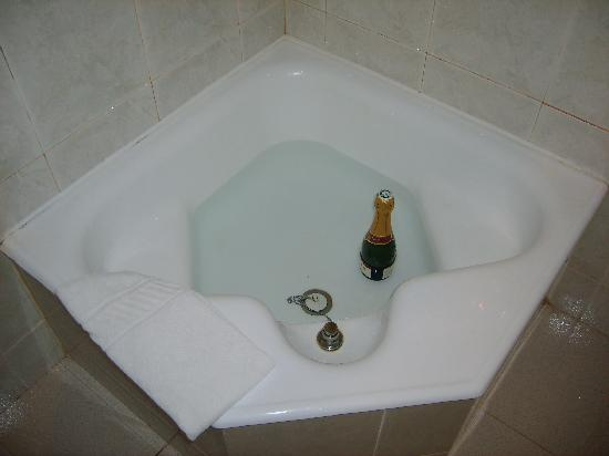 Residencial Horizonte: The bath / shower (?) (this is a half bottle to give you an idea)