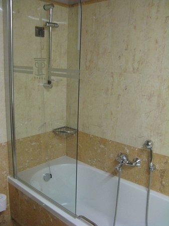 Porto Platanias Beach Resort & Spa: The bathroom